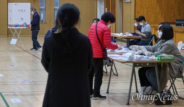 서울시장 보궐선거일인 7일 오후 서울 용산구 청파초등학교 체육관에 마련된 투표소에서 유권자들이 투표하기 위해 줄을 서서 기다리고 있다.