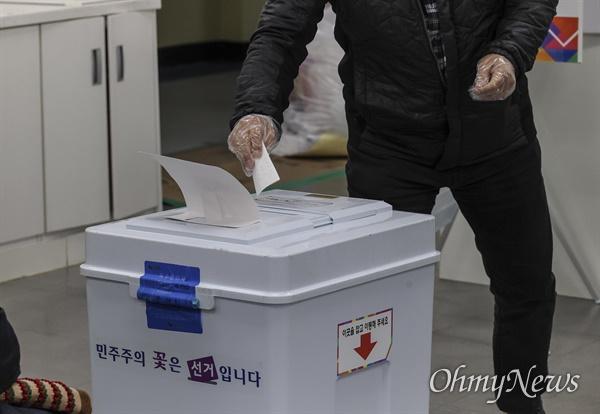 7일 오후 서울 노원구 중평중학교에 설치된 서울시장 보궐선거 투표소에서 퇴근한 직장인과 시민들이 투표를 하고 있다.