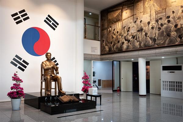 매헌 윤봉길 의사 기념관 매헌 기념관 내부의 동상과 전시실.