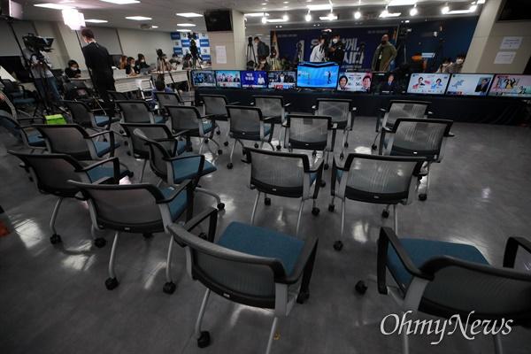 방송3사(KBS,MBC,SBS) 공동 출구 조사에서 더불어민주당 박영선 서울시장 후보와 김영춘 부산시장 후보가 모두 참패한 것으로 예측된 7일 서울 여의도 더불어민주당 개표상황실에 당직자들이 대부분 떠나 텅 비어 있다.