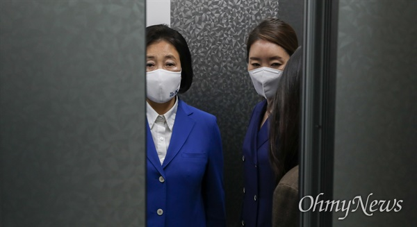 더불어민주당 박영선 서울시장 후보가 7일 밤 서울 여의도 더불어민주당 당사에 들어서고 있다.