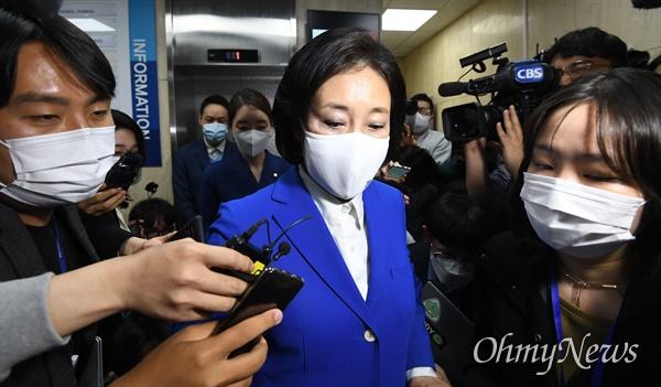 더불어민주당 박영선 서울시장 후보가 7일 밤 서울 여의도 더불어민주당사에서 취재진에게 입장을 밝힌 뒤 당사를 떠나고 있다.