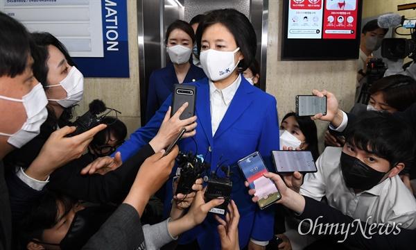 더불어민주당 박영선 서울시장 후보가 7일 밤 서울 여의도 더불어민주당사에서 취재진에게 입장을 밝히고 있다.