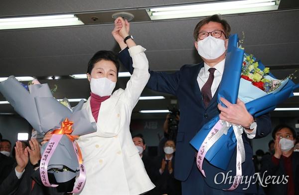 4.7 부산시장 보궐선거에서 완승한 박형준 국민의힘 후보가 배우자 조현씨와 함께 선거캠프에서 인사를 하고 있다.