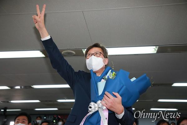 4.7 부산시장 보궐선거에서 완승한 박형준 국민의힘 후보가 선거캠프에서 인사를 하고 있다.