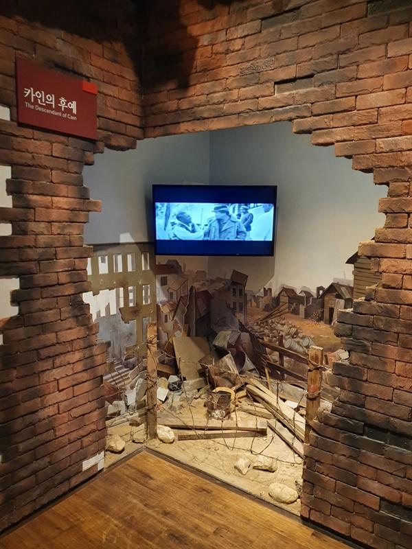 황순원의 주요작품을 미니어쳐로 재현해놓은 문학관 내부 문학관에서는 황순원의 주요작품의 장면들을 그대로 재현해놓은 전시실이 있다. 작품 하나 하나를 둘러보며 학창시절 읽었던 그의 작품들을 오랬만에 되짚어 본다.