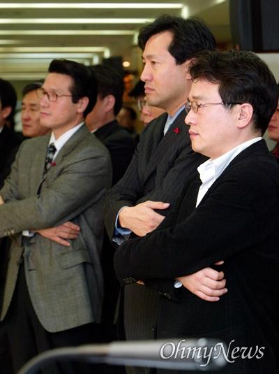 2003년 12월 31일, 한나라당 내 소장파로 분류되던 정병국, 오세훈, 남경필 의원이 이재오 총장의 사퇴기자회견을 지켜보고 있는 모습.
