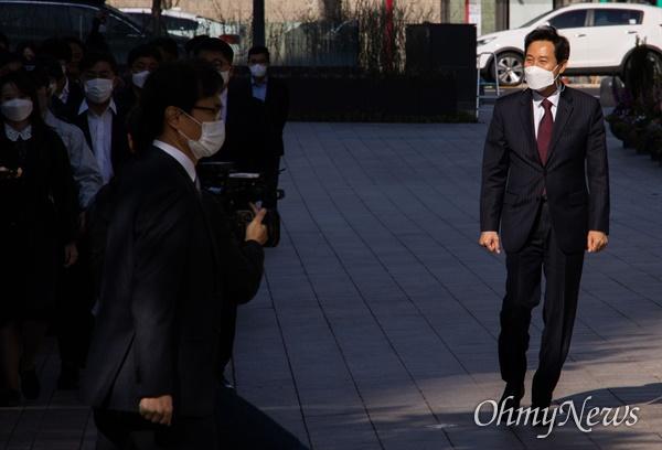 오세훈 서울시장 당선자가 8일 오전 서울시청 청사로 첫 출근을 하고 있다.