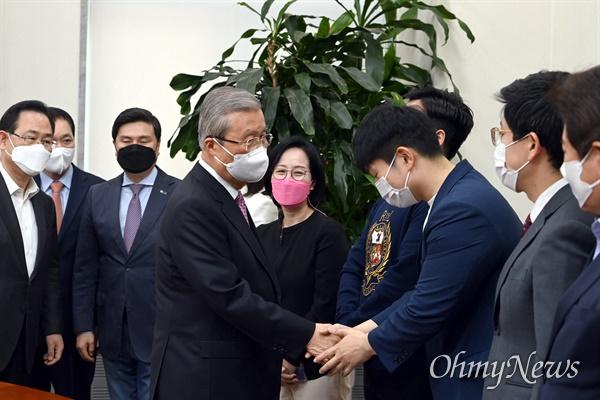 김종인 국민의힘 비대위원장이 8일 오전 국회에서 기자회견을 마친후 당직자들과 인사를 나누고 있다.
