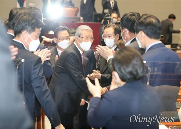 국민의힘 김종인 비상대책위원장이 8일 오전 서울 여의도 국회에서 열린 의원총회 참석을 마친 뒤 박수를 받으며 퇴장하고 있다.