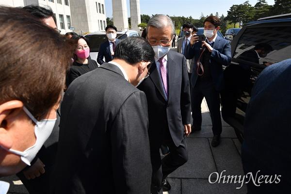 4.7 재보궐선거를 마지막으로 퇴임하는 김종인 국민의힘 비상대책위원장이 8일 오전 서울 여의도 국회를 나서며 주호영 원내대표의 배웅을 받고 있다.