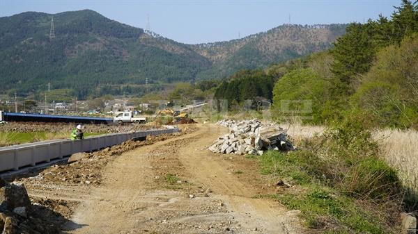 지역의 지방하천 정비사업과 생태하천 복원사업이 각각 추진되면서 예산낭비라는 지적이 나오고 있다. 사진은 둔덕천 지방하천 정비사업 모습.
