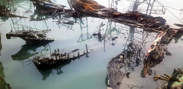 처참한 몰골을 드러낸 침몰어선 선박화재로 인해 침몰됐던 어선들이 날물로 물이 빠져나가자 처참한 모습을 드러내고 있다. 수일간 방치되면서 펄이 쌓여 인양에 어려움이 가중될 것으로 예상되고 있지만 피해어민 일부는 피해대책없이 인양하려한다며 인양동의서를 거부하고 있다.
