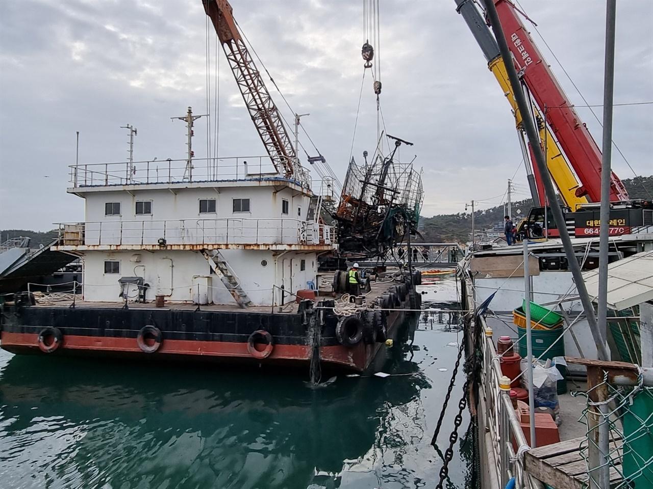 인양되는 사고추정 선적 최초 발화된 것으로 추정되는 어선에 대한 인양작업이 지난 2일 진행되고 있다. 전문업체가 아닌 폐기물업체가 인양작업을 맡아 뒷말도 무성하다.