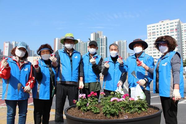 동탄 8동 주민자치회는 동탄 8동 도로가에 비치된 큰 화분에 제라늄을 식재하는 행사를 열었다.