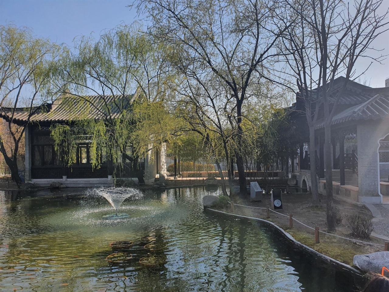 수원에 있는 중국식 정원 월화원의 풍경 수원에는 화성말고도 아름다운 명소가 많다. 우리나라에서 가장 정교한 중국정원인 월화원을 만날 수 있는데 계절마다 각기 다른 아름다움을 보여주며 마치 중국에 온 것 같은 착각을 불러일으키게 한다.