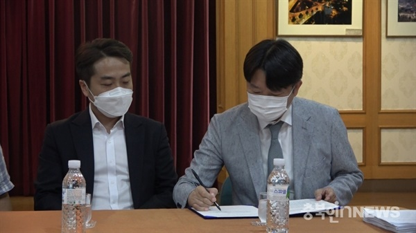 지난해 7월 이성덕 CJB 청주방송 대표가 합의안에 서명하고 있다.(충북인뉴스DB)