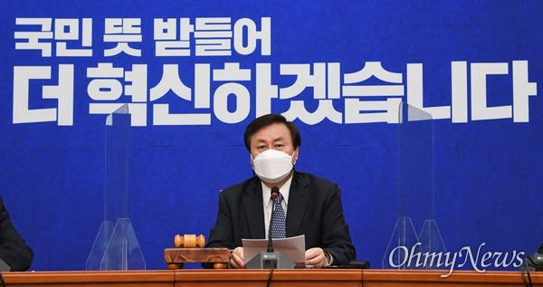 더불어민주당 도종환 비대위원장이 9일 국회에서 열린 첫 비상대책위원회의에서 모두발언을 하고 있다.