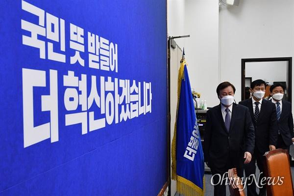 더불어민주당 도종환(왼쪽부터) 비대위원장과 이학영, 김영진 비대위원이 9일 국회에서 열린 첫 비상대책위원회의에 참석하고 있다.