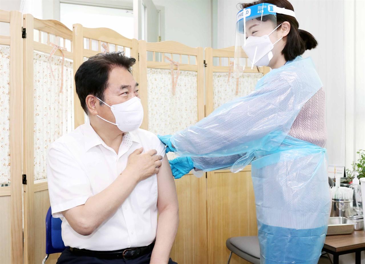 백군기 용인시장이 9일 오전 처인구보건소를 찾아 아스트라제네카(AZ) 백신을 접종했다.