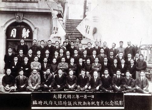 임시의정원  1921년 임시정부 및 의정원 신년 축하식 기념사진. 둘째 줄 왼쪽 첫 번째가 이규홍, 오른쪽 세 번째가 윤현진이다.