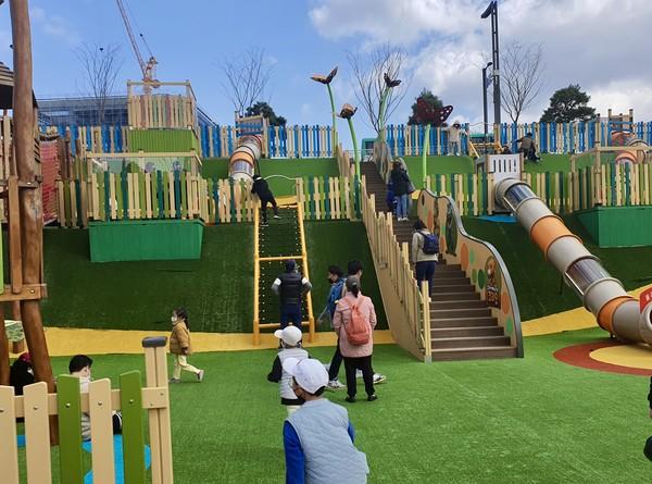 어린이 참여형 놀이터에서 놀고 있는 아이들의 모습