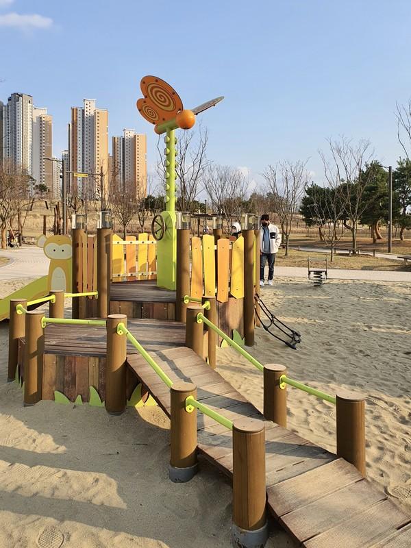 휠체어를 타고 오를 수 있도록 설계된 놀이시설물의 모습