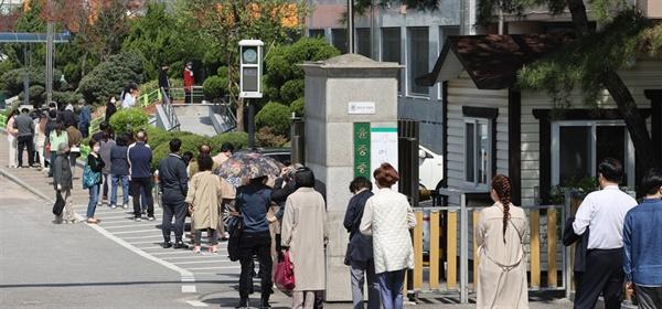 끝없이 이어지는 투표 열기 서울시장 보궐선거일인 지난 4월 7일 여의도 한 투표소에서 시민들이 투표하기 위해 줄을 서서 기다리고 있다.