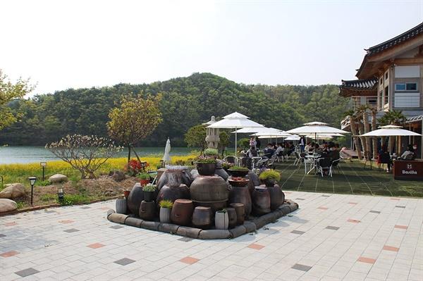 경주 하동저수지 야외정원에 마련된 장독대 모습, 인기 포토존 중 한 곳