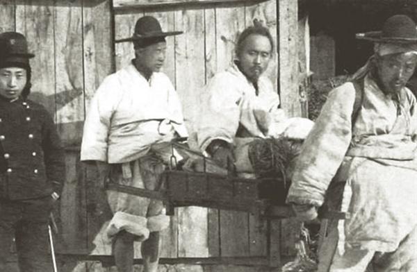 전봉준 장군이 일본영사관에서 심문을 받은 뒤에 찍은 마지막 모습(1895년 2월 27일)  2015년 고 양상현 교수가 전봉준 사진을 발굴 공개함