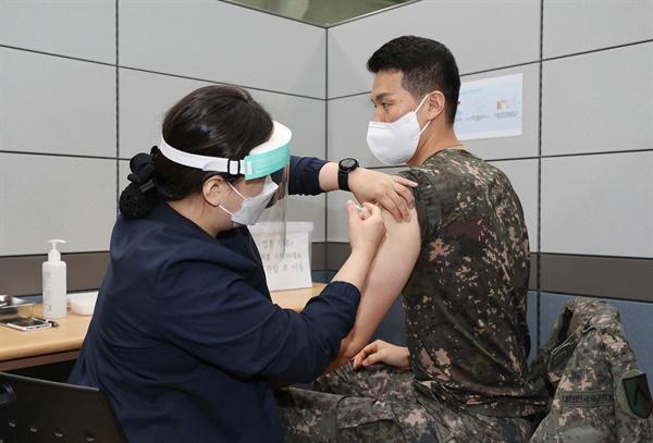 코로나19 백신접종 받는 육군 수도군단 장병  (서울=연합뉴스) 30세 이상 군 장병을 대상으로 한 코로나19 백신 접종이 시작된 28일 경기도 성남시 국군수도병원에 마련된 예방접종센터에서 육군 수도군단 장병이 백신을 맞고 있다. 2021.4.28
