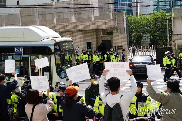 지난 주부터 계속되고 있는 부산 청년학생 실천단과 부산지역 시민사회단체의 일본 총영사 출근 저지행동. 이들은 오염수 방류 철회와 일본영사관 폐쇄를 요구했다.