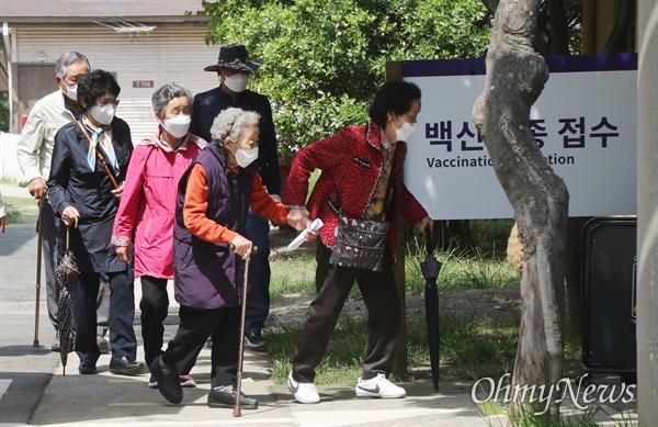75살 이상 어르신들이 29일 오후 코로나19 백신을 접종하기위해 서울 중구 국립중앙의료원 중앙예방 접종센터에 들어가고 있다.
