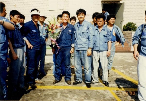 1990년 7월 28일 노조위원장 선거에서 당선된 박창수 열사(가운데 꽃다발을 든 이)가 동료들의 축하를 받고 있다.