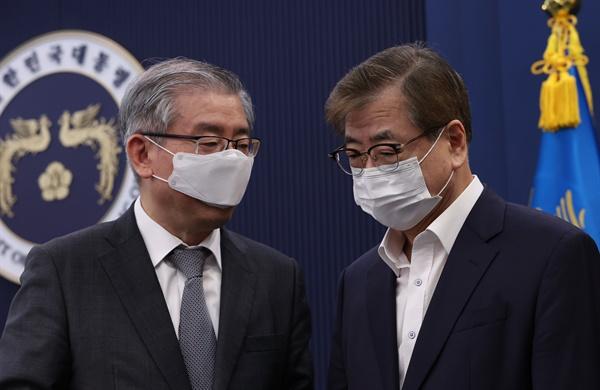 지난 4월 27일 오전 청와대에서 열린 국무회의에서 서훈 국가안보실장(오른쪽)과 김형진 2차장이 대화하고 있는 모습.