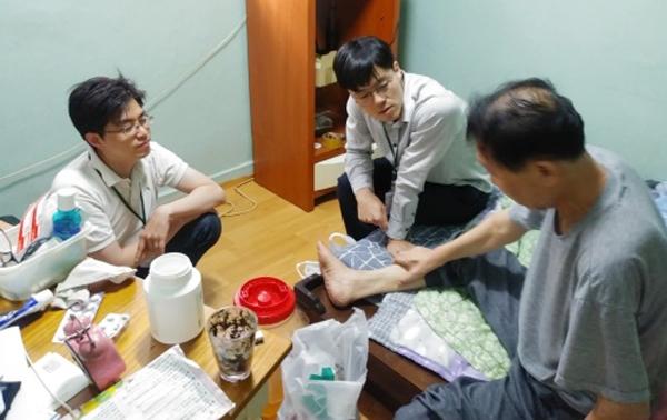 홍종원 원장(가운데)은 김창오 원장(왼쪽)과 함께 커뮤니티 케어 의료기관인 건강의집을 개원하고 병원이 아니라 거동이 불편한 환자의 집에서 진료활동을 하고 있다.