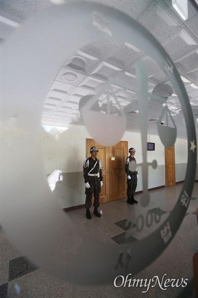 2015년 9월 16일 오전 '윤일병 사망사건' 재판이 열릴 예정인 경기도 용인시 3군사령부 보통군사법원에서 헌병들이 재판정 입구를 통제하고 있다.