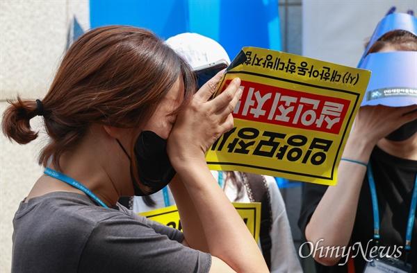 14일 오후 16개월된 입양아 정인이를 학대해 숨지게 한 양부모에 대한 1심 선고가 열린 서울남부지법앞에서 강력한 처벌을 촉구하는 시위를 벌이던 한 시민이 선고 결과를 들은 뒤 눈물을 흘리고 있다.
