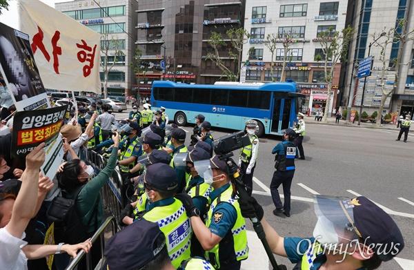 14일 오후 16개월된 입양아 정인이를 학대해 숨지게 한 양부모에 대한 1심 선고가 열리는 서울남부지법앞에서 양모가 탄 것으로 보이는 호송차를 향해 시민들이 '사형' 등 강력한 처벌을 촉구하고 있다.