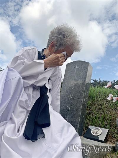 광주 북구 국립5.18민주묘지에서 열린 5.18민주화운동 41주년 기념식 후 고 김경철의 어머니 임금단씨가 아들의 묘 앞에서 눈물을 훔치고 있다.