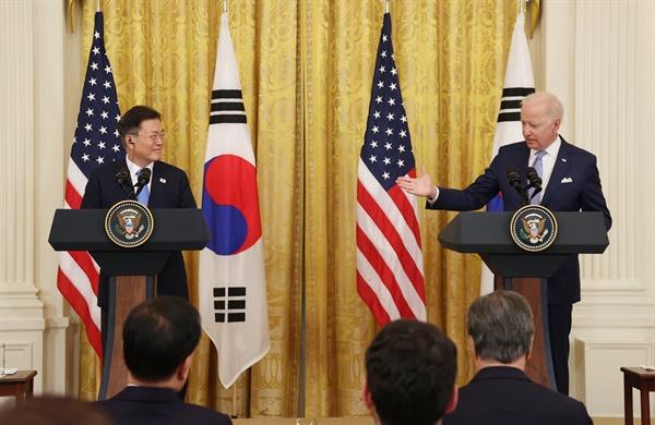 문재인 대통령과 조 바이든 미국 대통령이 21일 오후(현지시간) 백악관에서 정상회담 후 공동기자회견을 하고 있다.
