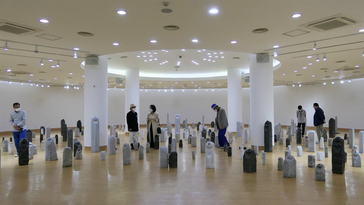 세개의 전시룸 중 메인 전시장의 작품들