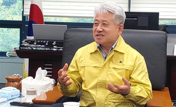 강원 강릉시의회 강희문 의장이 지난 21일 의장실에서 <오마이뉴스>와 인터뷰를 하고있다.