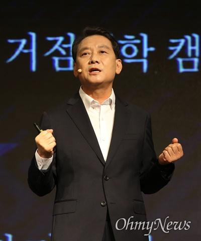 더불어민주당 이광재 의원이 27일 오전 서울 여의도 중소기업중앙회에서 대선 출마 선언을 하고 있다.