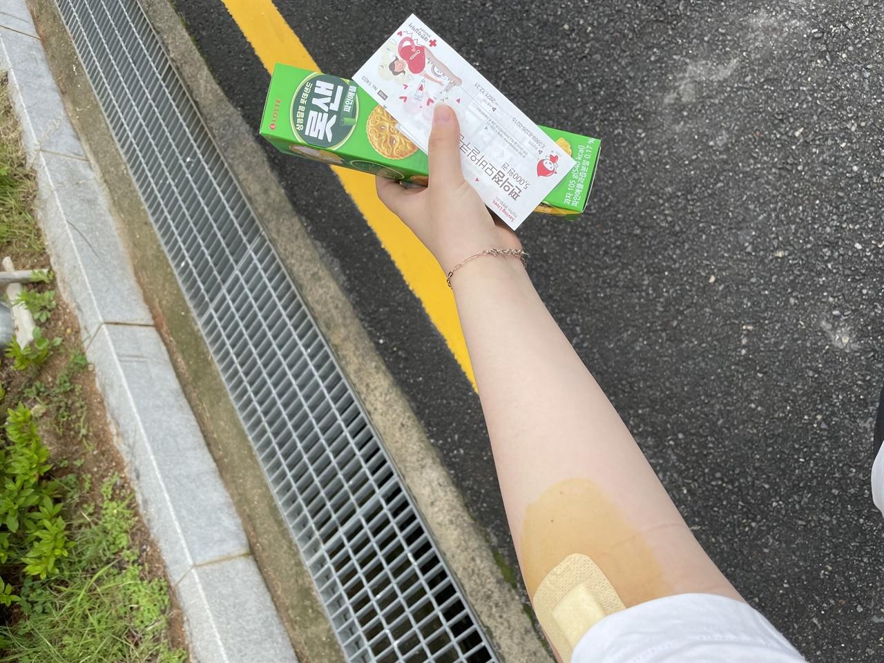 헌혈의 흔적 헌혈이 끝난 후 상품을 챙겨 교실로 돌아가는 모습이다.