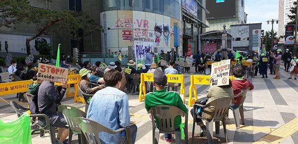 P4G 멈춰 한국 정부가 탈석탄 등 기후위기에는 미온적이며 구체적 수치도 내놓지 않으면서 2030 탈석탄 노력을 게을리하는 것을 비판했다. 녹색성장 등을 얘기하면서 시대흐름을 외면하는 P4G 세계 정상회의를 멈추라고 하면서 DDP 앞에서 마무리 집회를 열고 있다.