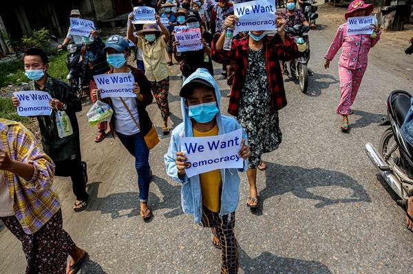 미얀마인들의 민주화 운동이 100일 넘게 지속되면서 현재까지 사망한 시민은 780여 명, 체포된 이들도 4천 명이 넘는 것으로 알려졌다.