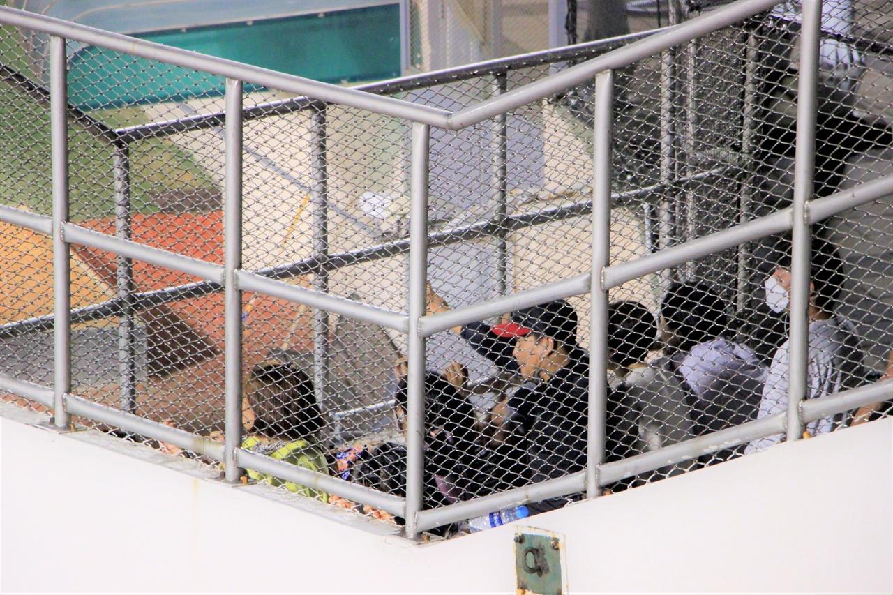 경기장 바깥에서 자녀들의 경기를 지켜보는 가족들. 올해부터는 제한적으로나마 관중 입장이 허용된다.