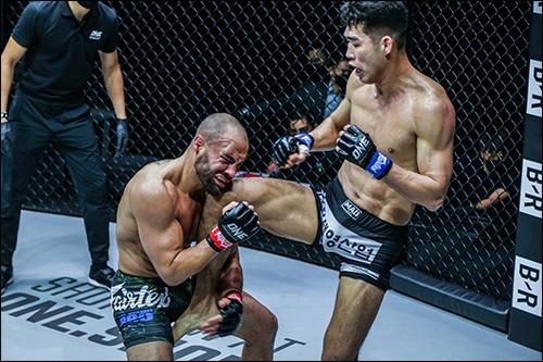 에디 알바레즈에게 카운터 니킥을 적중시키는 옥래윤(사진 오른쪽)