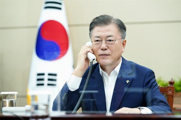 문재인 대통령이 3일 오후 청와대 여민관 소회의실에서 보리스 존슨 영국 총리와 전화 통화하고 있다.